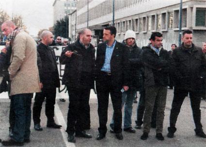 """Sempre il """"liberale"""" Tosi si appresta a guidare un corteo di estrema destra con i suoi sodali del Veneto Fronte Skinheads (nella foto Miglioranzi a sinistra e Piero Puschiavo)"""